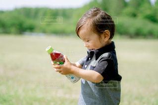 草の上に立っている小さな男の子の写真・画像素材[2214386]