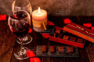 テーブルの上に座っているワイングラスのクローズアップの写真・画像素材[2225732]
