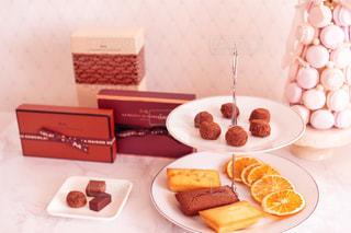 テーブルの上の食べ物の皿の写真・画像素材[2232588]