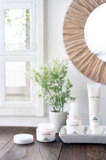 テーブルの上の白い花瓶の写真・画像素材[2290730]