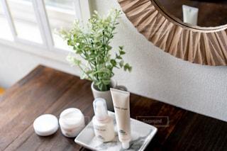 テーブルの上の花瓶の写真・画像素材[2290732]