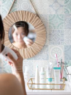 鏡の前でカメラに向かってポーズをとる女性の写真・画像素材[2300995]