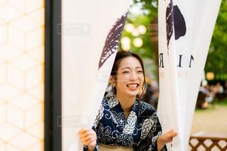 カメラに向かってポーズをとる鏡の前に立つ女性の写真・画像素材[2304456]