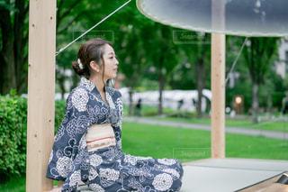 公園に座っている女性の写真・画像素材[2304467]
