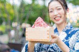 ケーキを持っている女性が微笑んでいるの写真・画像素材[2304468]