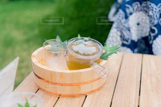 木製のテーブルの上に置かれたケーキの写真・画像素材[2304471]