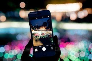 携帯電話を持った手のクローズアップの写真・画像素材[2304821]
