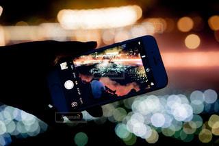 携帯電話を持った手のクローズアップの写真・画像素材[2304823]