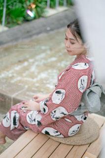 ぬいぐるみを持つ小さな女の子の写真・画像素材[2304829]