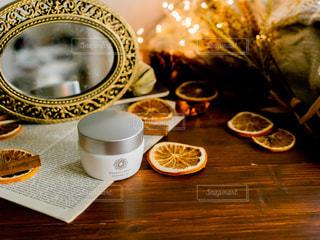 テーブルの上でコーヒーを一杯飲むの写真・画像素材[2382902]