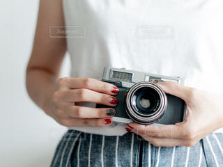 カメラを持っている人の写真・画像素材[2407535]