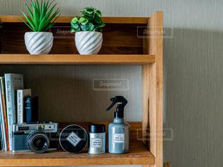 棚の上に座っている花瓶の写真・画像素材[2446350]