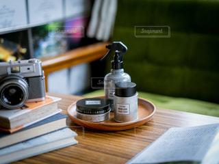 木製のテーブルの上に座っているコーヒー1杯の写真・画像素材[2452601]