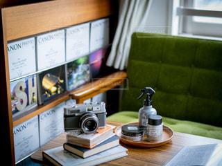木製のテーブルの上に座っているラップトップコンピュータの写真・画像素材[2452602]