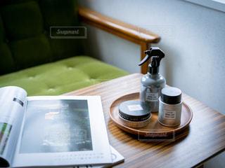 机の上に座っているコーヒーを一杯飲むの写真・画像素材[2452607]