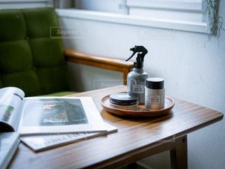 木製のテーブルの上にノートパソコンが置かれている机の写真・画像素材[2452608]