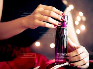 ワインを一杯持つ手の写真・画像素材[2552146]