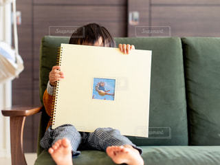 ソファに座っている人の写真・画像素材[2696975]