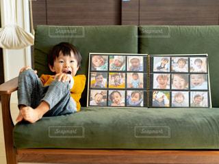 ソパに座っている少年の写真・画像素材[2696976]