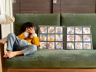 ソファに座っている人の写真・画像素材[2696985]