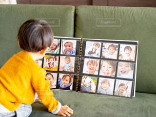 部屋に立っている小さな男の子の写真・画像素材[2696986]