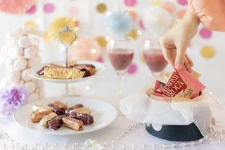 テーブルの上の皿の上のケーキの写真・画像素材[2820096]
