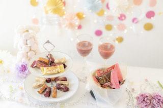皿にケーキを載えたテーブルの写真・画像素材[2820102]