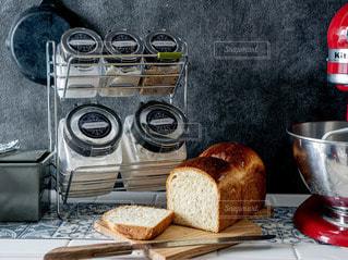 テーブルの上の鍋の上に座っているサンドイッチの写真・画像素材[2865694]