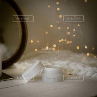 テーブルの上の白いボウルの写真・画像素材[2889054]