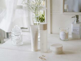テーブルの上の白い花瓶の写真・画像素材[2889996]