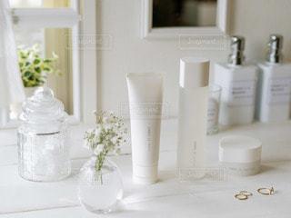 テーブルの上の花瓶の写真・画像素材[2890004]