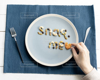 ナイフを持った食べ物の皿の写真・画像素材[3023895]