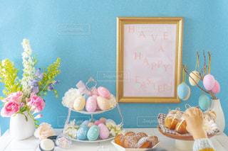 テーブルの上に花の花瓶の写真・画像素材[3040536]