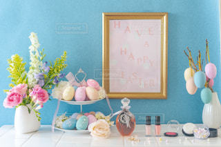 テーブルの上に花の花瓶の写真・画像素材[3040534]