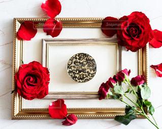 テーブルの上に花の花瓶の写真・画像素材[3069301]