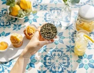 食べ物の皿を持ってテーブルに座っている人々のグループの写真・画像素材[3079004]