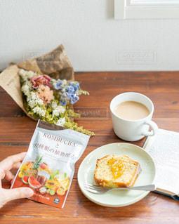 木製のテーブルの上に座っているコーヒーを一杯の写真・画像素材[3111010]