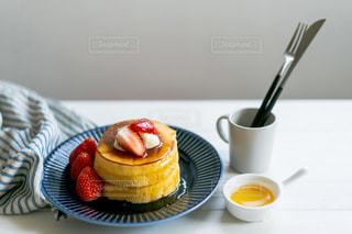 食べ物の皿とコーヒー1杯の写真・画像素材[3147569]