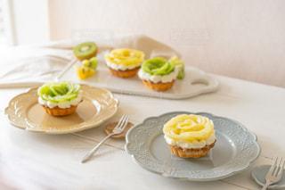 食べ物の皿をテーブルの上に置くの写真・画像素材[3167953]