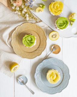 食べ物の皿をテーブルの上に置くの写真・画像素材[3200312]