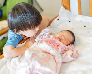赤ちゃんを抱いた小さな女の子の写真・画像素材[3252427]