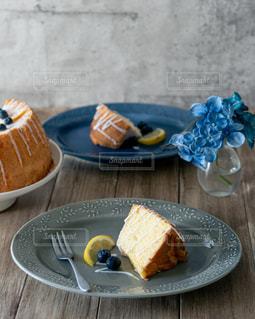 ピクニックテーブルの上に食べ物の皿の写真・画像素材[3315410]