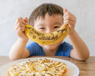 バナナを食べている少年の写真・画像素材[3331747]