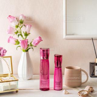 テーブルの上に花の花瓶の写真・画像素材[3383264]