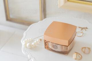 テーブルの上に座っているケーキの写真・画像素材[3707948]
