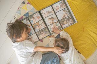ベッドに横たわる男女の写真・画像素材[3839313]