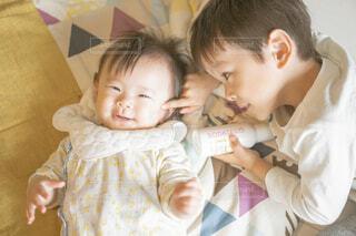 赤ちゃんを抱いている人の写真・画像素材[3934314]