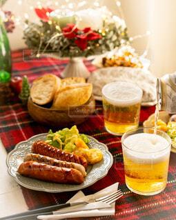 食べ物の皿をテーブルの上に置くの写真・画像素材[3935168]