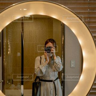 鏡の前に立ってカメラのポーズをとる人の写真・画像素材[4267673]