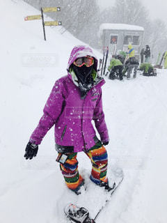 雪に覆われた斜面の上に乗る少女の写真・画像素材[1717413]